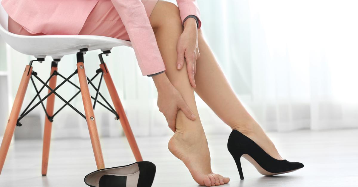 Gambe pesanti e gonfie d'estate: consigli e rimedi